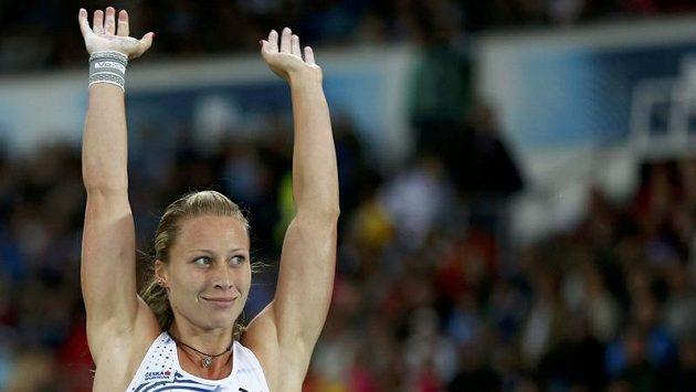 Jiřina Ptáčníková po svém posledním skoku v Helsinkách. Brzy nato vypukly zlaté oslavy.