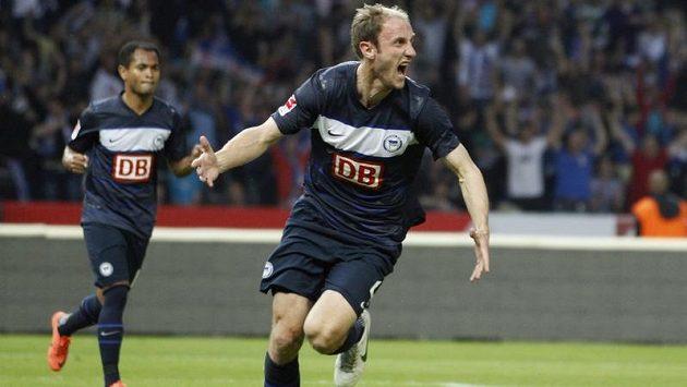 Roman Hubník z Herthy Berlín se raduje po gólu, který vstřelil Fortuně Düsseldorf.