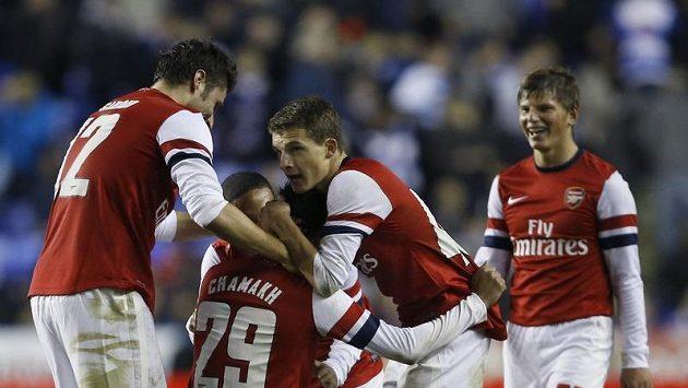 Fotbalisté Arsenalu se radují z branky do sítě Readingu.