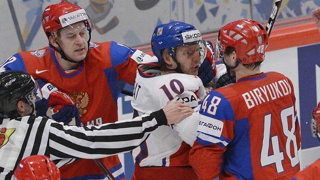 Zleva obránce Nikita Nikitin z Ruska, český útočník Martin Erat a obránce Jevgenij Birjukov z Ruska.