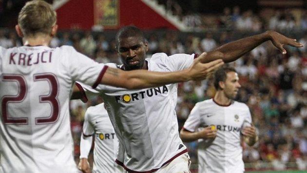 Léonard Kweuke (uprostřed) oslavuje druhý gól Sparty na hřišti Admiry.