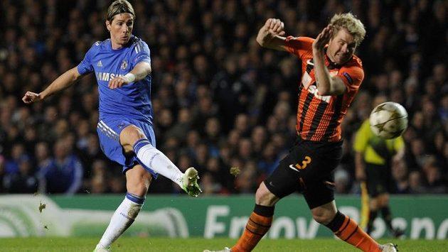 Tomáš Hübschman se marně snaží zblokovat střelu Ferdinanda Torrese z Chelsea.