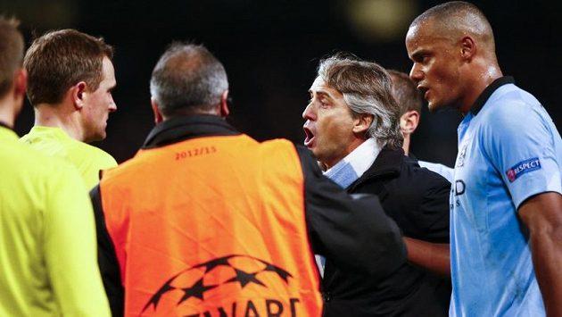 Rozčilený kouč Manchesteru City Roberto Mancini spílá sudímu za přihlížení Vincenta Kompanyho.