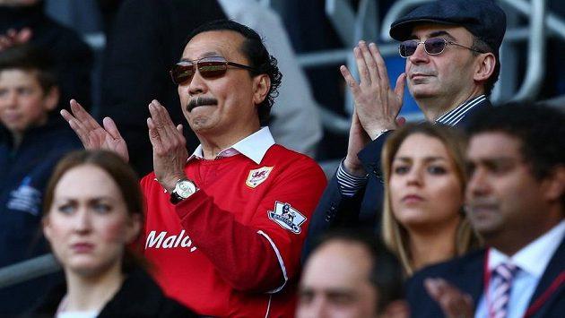 Majitel Cardiff City VIncent Tan rád nosil červený dres svého klubu. Samotní fanoušci však červené dresy nepřijali.