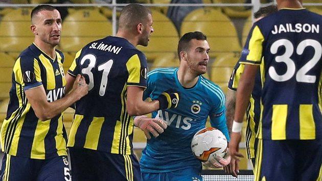 Brankář Fenerbahce Harun Tekin se stal hrdinou, když lapil Makovu penaltu. Zleva mu gratulují Mehmet Topal a Islam Slimaní.