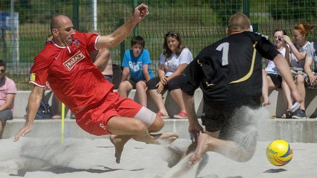 Jan Koller potvrdil roli kanonýra i v plážovém fotbale.