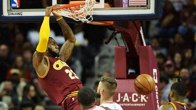 LeBron James z Clevelandu smečuje v zápase s Torontem.