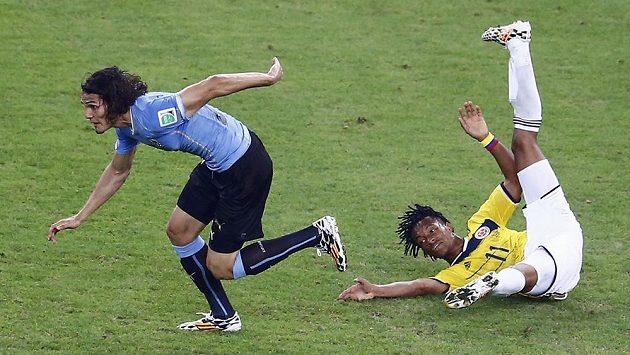 Kolumbijský záložník Juan Cuadrado (vpravo) v utkání s Uruguayí.