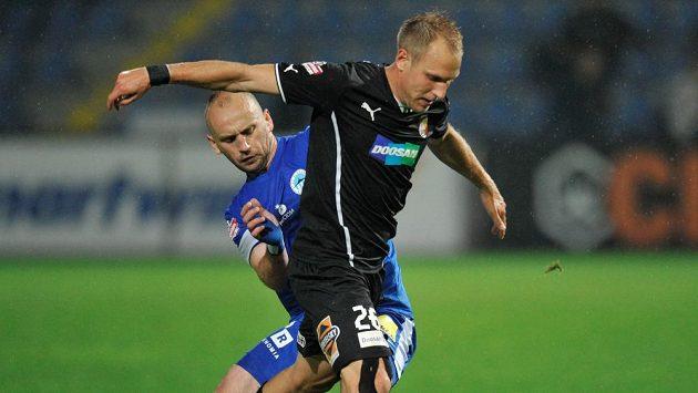 Miloš Karišik (vlevo) z Liberce a Daniel Kolář z Plzně v utkání 8. kola Gambrinus ligy.