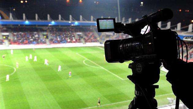 Kamery díky vysokému rozlišení zachytí každý fotbalistův počin, dobrý i špatný... Na snímku na ploše probíhá zápas Plzeň - Liberec.