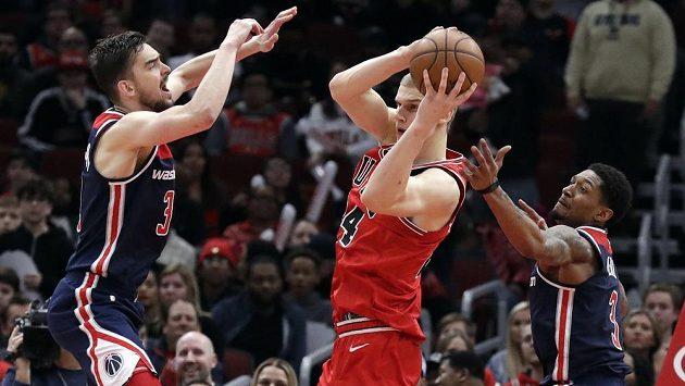 Basketbalista Chicaga Bulls Lauri Markkanen (uprostřed) bráněný Tomášem Satoranským z Washingtonu.