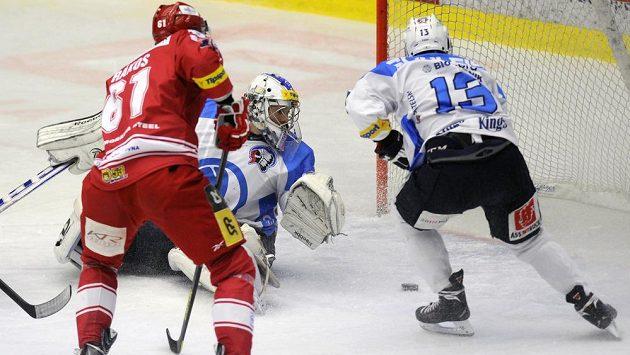 Plzeňský brankář Matěj Machovský a útočník Jan Schleiss (vpravo) zasahují před útočníkem Třince Danielem Rákosem.