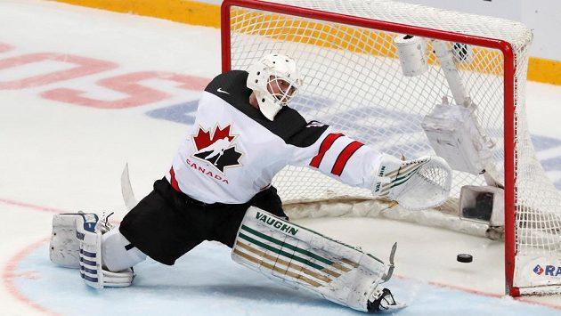 Kanadský brankář Ben Scrivens dostává gól od ruských hokejistů.