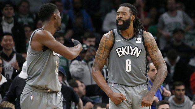 Basketbalisté týmu Brooklyn Nets DeAndre Jordan (6) a Caris LeVert slaví. LeVert si vylepšil kariérní v NBA maximum na 51 bodů.