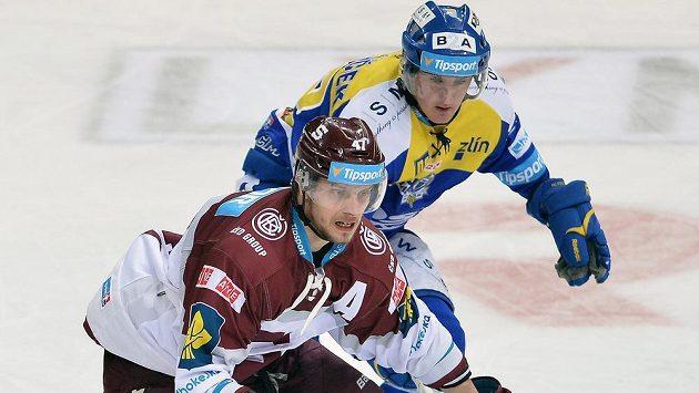 Sparťanský útočník Jan Buchtele (vpředu) a Jiří Ondráček ze Zlína v dohrávce 15. kola hokejové Tipsport extraligy.