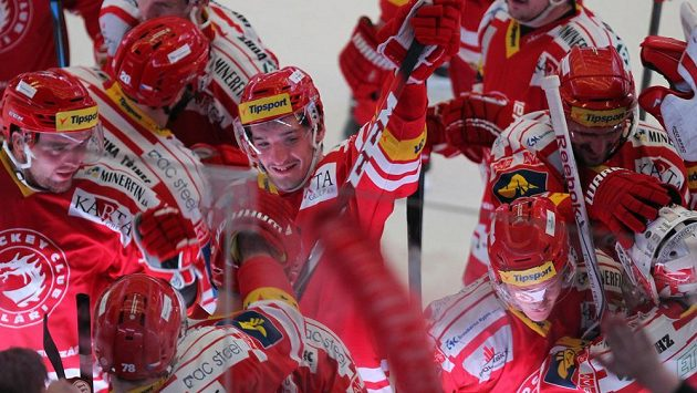 Červená euforie. Hokejisté Třince slaví druhé vítězství nad Spartou na domácím ledě.