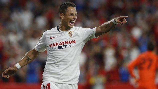 Mexický fotbalový reprezentant Javier Hernández přestoupil z FC Sevilla do Los Angeles Galaxy.