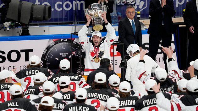 Kanadský kapitán Adam Henrique s pohárem pro mistry světa nad hlavou.