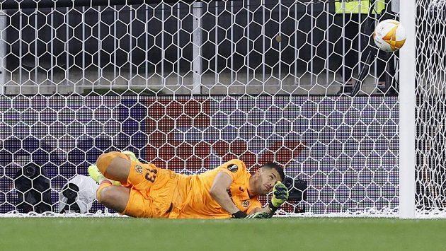 Brankář Villarrealu Geronimo Rulli vyráží rozhodující penaltu v rozstřelu ve finále Evropské ligy a rozhoduje tak o triumf španělského týmu.