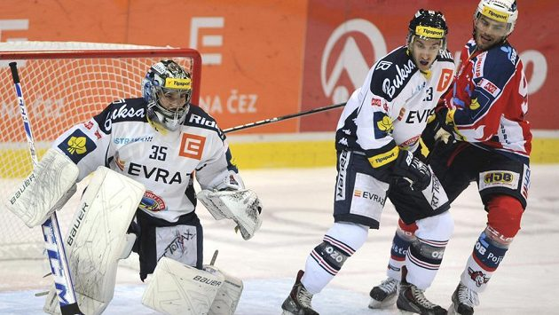 Vítkovičtí hokejisté zleva Filip Šindelář a Ondřej Roman, vpravo je Robert Kousal z Pardubic.