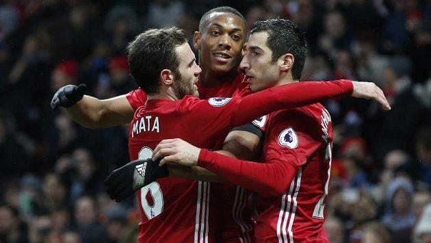Radost fotbalistů Manchesteru United po gólu Martiala (uprostřed) do sítě Watfordu. Zleva Juan Mata, Anthony Martial a Henrik Mchitarjan.