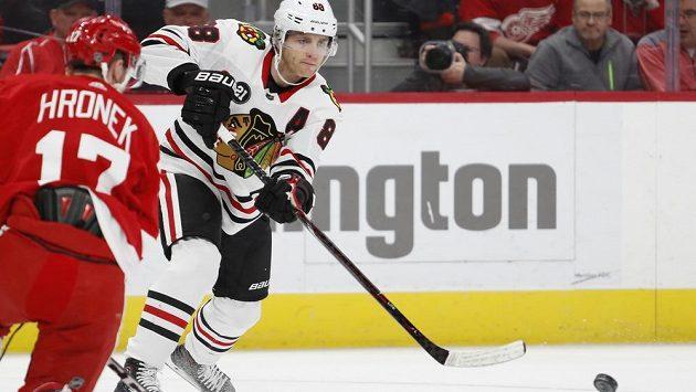 Český mladík Filip Hronek si v dresu Detroitu dělá v NHL dobré jméno. Na snímku je s hvězdou Chicaga Blackhawks Patrickem Kanem (88).