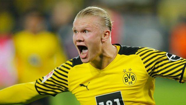 Norský kanonýr Erling Haaland se raduje z gólu.