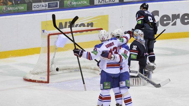 leva Tomáš Surový a Marcel Hossa z týmu Lev Praha se radují z gólu v brance Slovanu.