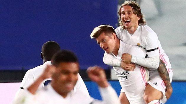 Toni Kroos oslavuje se spoluhráči z Realu gól vstřelený Barceloně. Úspěšného střelce si v euforii osedlal Luka Modrič.