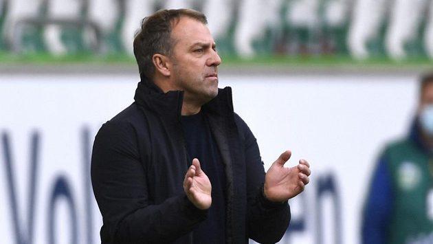 Trenér Bayernu Hansi Flick při utkání ve Wolfsburgu.