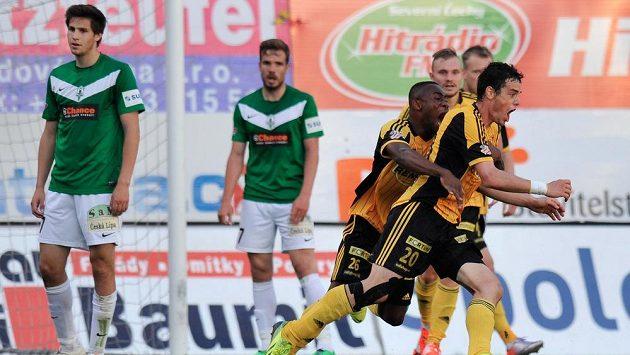 Autor druhého gólu Bohemians Jakub Rada (20) se raduje se spoluhráči.