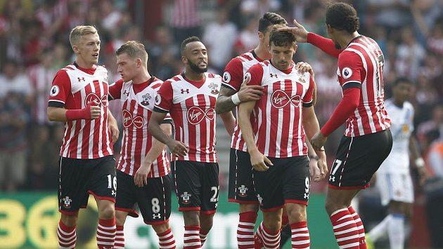 Fotbalisté Southamptonu slaví vstřelený gól Jaye Rodrigueze v sobotním zápase proti Sunderlandu (1:1).