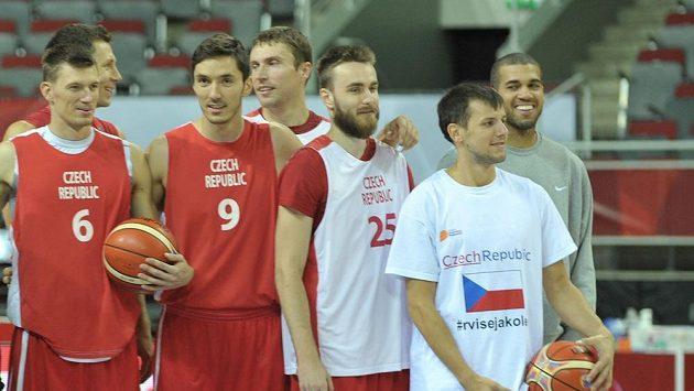Čeští basketbalisté už jsou ve Francii.