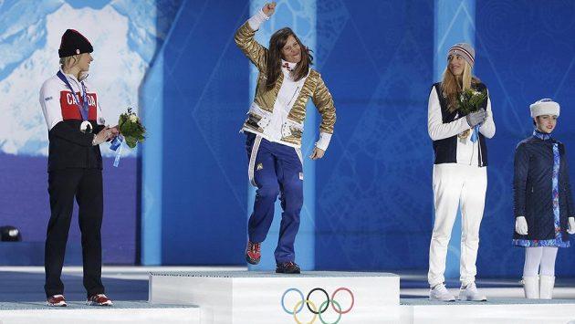 Eva Samková stojí na nejvyšším stupni a raduje se z vítězství ve snowboardkrosu. Vlevo stříbrná Dominique Maltaisová z Kanady, vpravo Francouzka Chloe Trespeuchová.