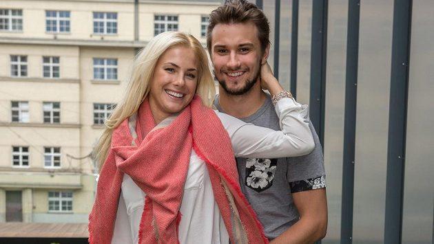 Hokejový brankář Petr Mrázek a jeho partnerka Sára Olivová.