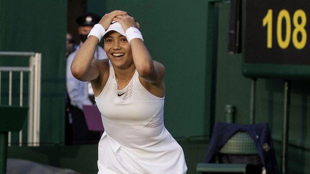 Britská tenistka Emma Raducanuová slaví ve Wimbledonu výhru nad Markétou Vondroušovou.