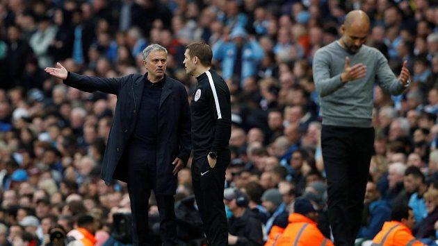 Pep Guardiola vpředu a Jose Mourinho vzadu v utkání dvou rivalů anglické ligy.