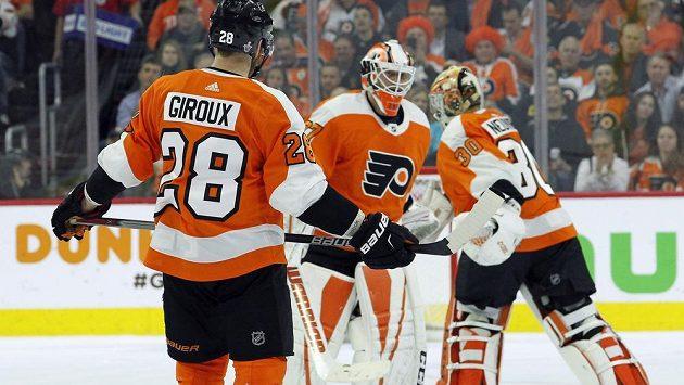 Kapitán Philadelphie Flyers Claude Giroux sleduje, jak za stavu 0:3 v utkání s Pittsburghem jeho tým střídá brankáře. Brian Elliott opouští ledovou plochu, nastupuje Michal Neuvirth.
