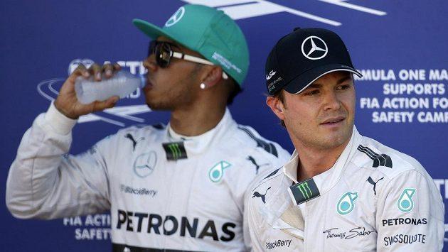 A už se (téměř) perou! Mezi jezdci Mercedesu Nikem Rosbergem (vpředu) a Lewisem Hamiltonem to začíná správně vřít.