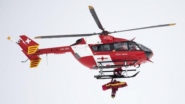 Vrtulník převáží zraněnou rakouskou lyžařku Mirjam Puchnerovou do nemocnice.