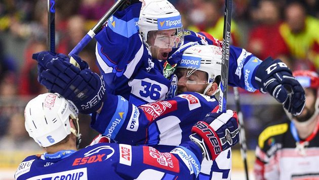 Hokejisté Komety (zleva) Jozef Kováčik, Jakub Krejčík a Martin Dočekal z Brna oslavují druhý druhý gól v pátém semifinále.