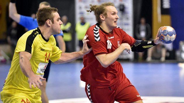 Snímek z prvního zápasu ve Zlíně. Makedonec Velko Markovski (14) brání Jana Stehlíka (18).