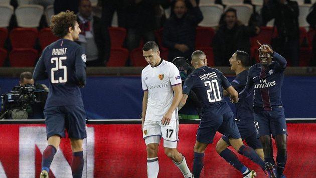 Fotbalisté Paris Saint Germain se radují z gólu. Druhý zleva smutný obránce Basileje Marek Suchý. Ilustrační snímek.