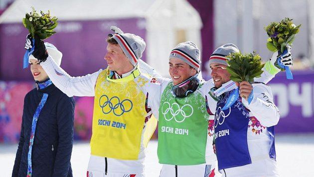 Francouzští skikrosaři obsadili první tři místa. Uprostřed vítěz Jean Frederic Chapuis, vpravo druhý Arnaud Bovolenta a třetí Jonathan Midol.