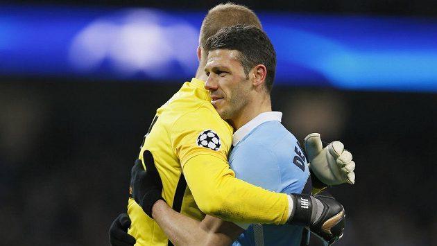 Obránce Manchesteru City Martin Demichelis (vpravo) se raduje s brankářem Hartem z vítězství (ilustrační foto).