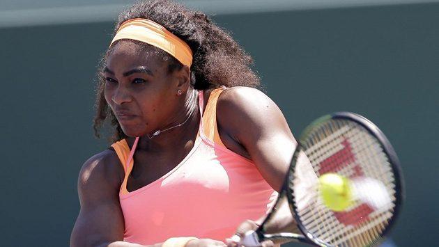 Serena Williams vrací míč Carle Suarezové Navarrové ve finále turnaje v Miami.