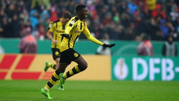 Ousmane Dembele z Dortmundu oslavuje gól v pohárovém duelu s Bayernem.