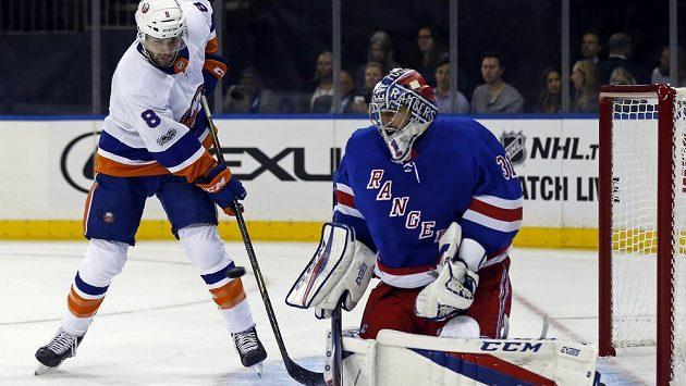 Český brankář New York Rangers Ondřej Pavelec zasahuje před Stevem Bernierem z New York Islanders.