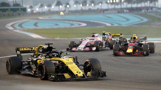 Okamžiky před karambolem. Nico Hülkenberg v kokpitu vozu Renault krátce po startu Velké ceny Abú Zabí.