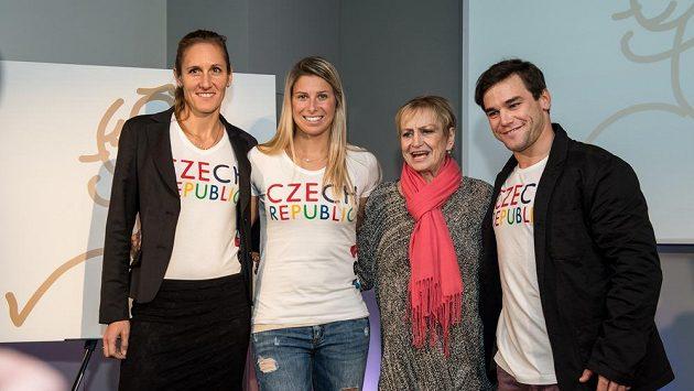 Věra Čáslavská (druhá zprava), skifařka Mirka Knapková (vlevo), tenistka Andrea Hlaváčková a kajakář Vavřinec Hradilek během představení motivu pro OH 2016 v Riu.